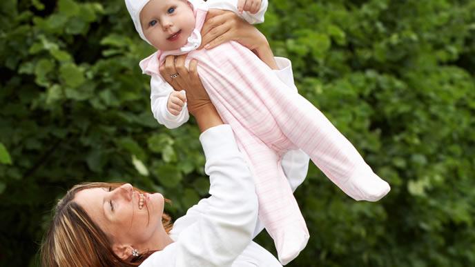吸水性の高いカバーオールを着た赤ちゃん