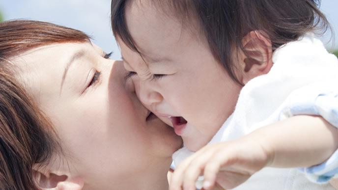 ママに抱きかかえられて嬉しい赤ちゃん