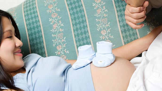 お腹の胎動を感じる妊婦