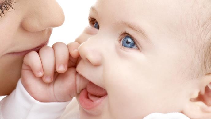 赤ちゃんと至近距離で会話をするママ