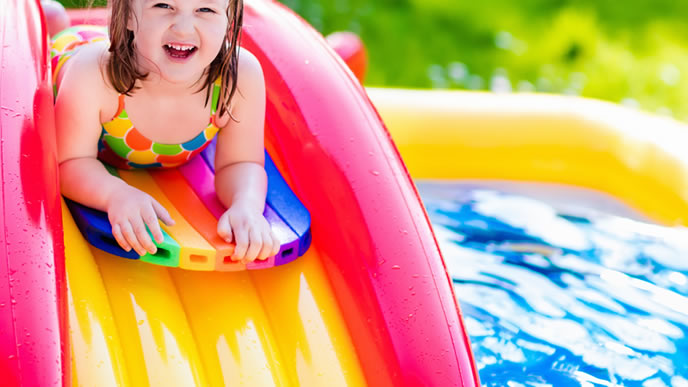 豪華なビニールプール楽しそうに遊ぶ女の子