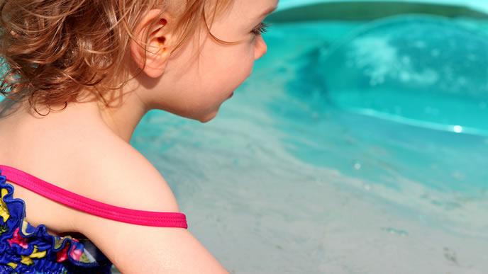 夏にプールを楽しむ女の子