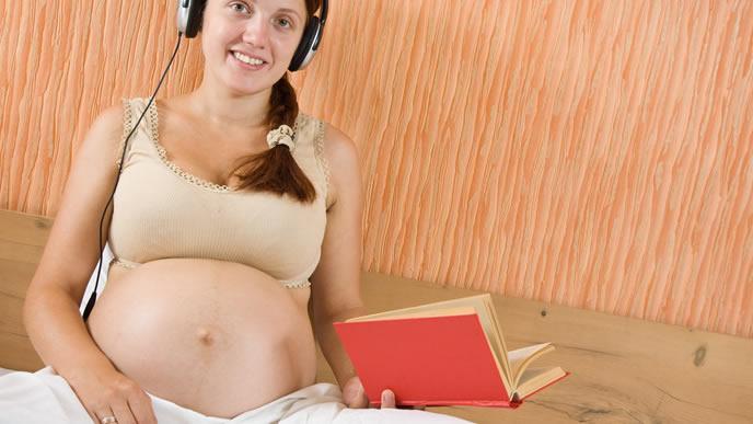音楽を聴かせる胎教について学ぶ妊婦