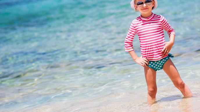 海を満喫するラッシュガードを着た女の子