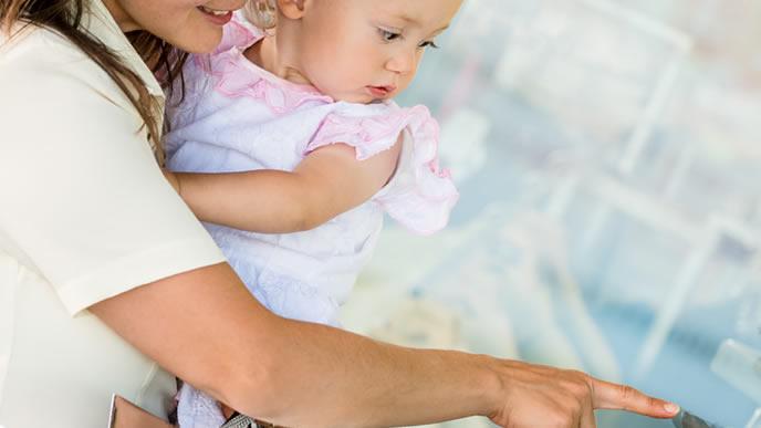 ベビー用ラッシュガードを現地調達するママ