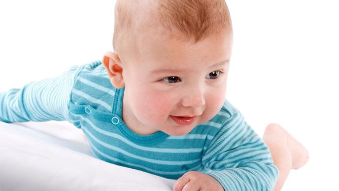 涼しい室内でうつ伏せで遊ぶ赤ちゃん