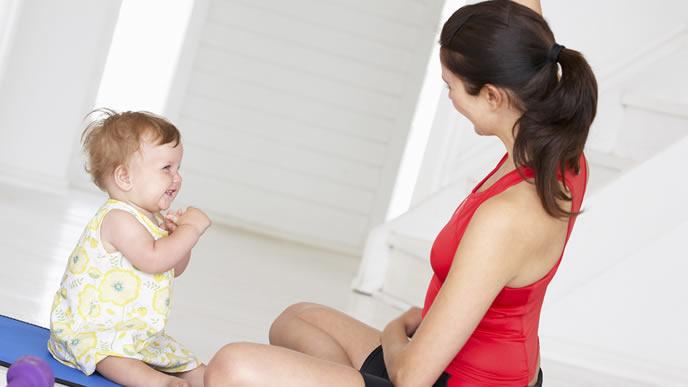 赤ちゃんと一緒に運動をするママ