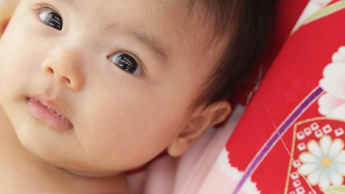 汗をかいてママに目で訴える赤ちゃん