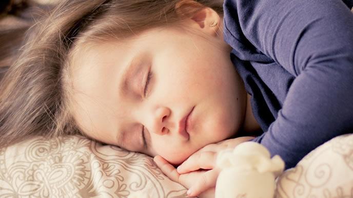 エアコンのある涼しい室内で寝る赤ちゃん