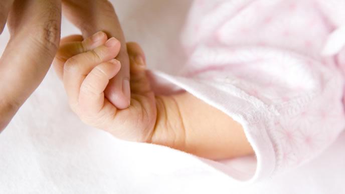 とびひで辛い赤ちゃんを慰めるママ