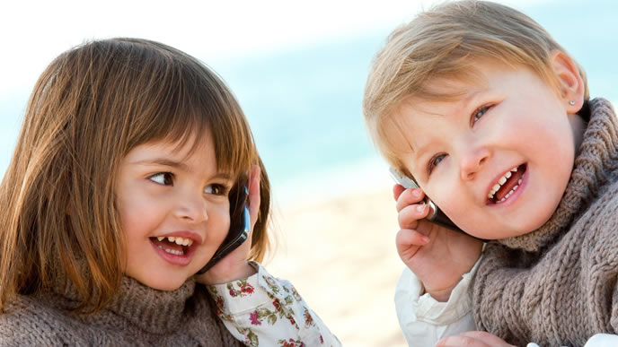 胎内記憶について会話する姉弟