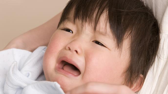 手足口病に罹りギャン泣き中の赤ちゃん