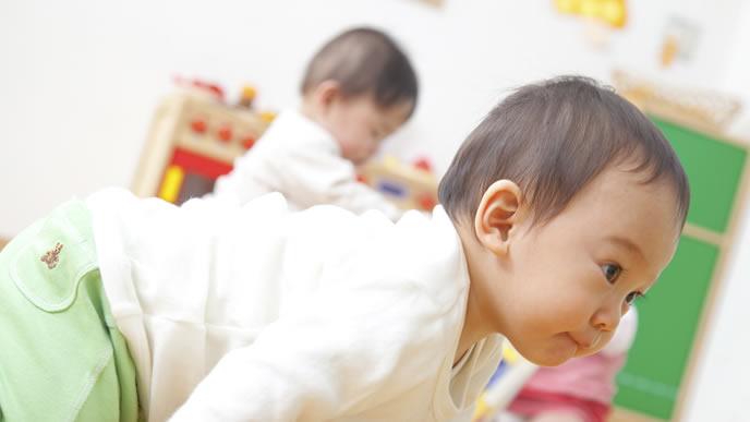 保育園で楽しそうに遊ぶ赤ちゃん
