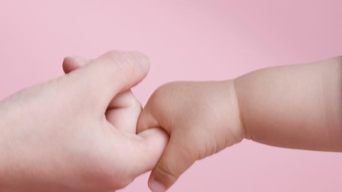 ママの手を握る赤ちゃんの可愛い手