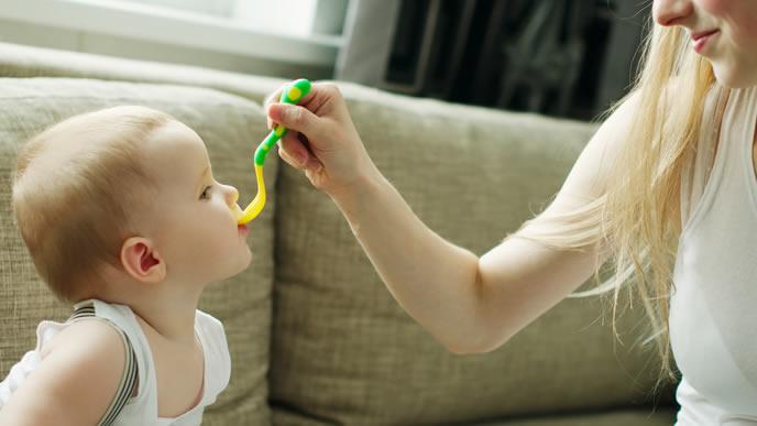 食べやすい離乳食を赤ちゃんに食べさせるママ