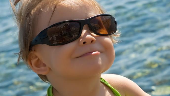 サングラスで日焼け対策をする女の子