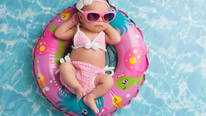 プールでリラックスするオシャレな赤ちゃん