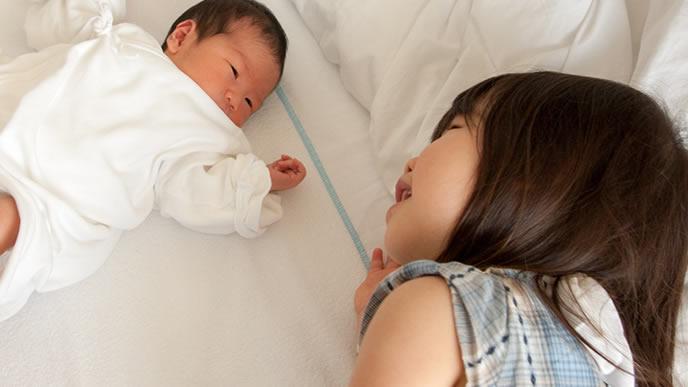 ママの代わりに赤ちゃんを寝かしつける姉