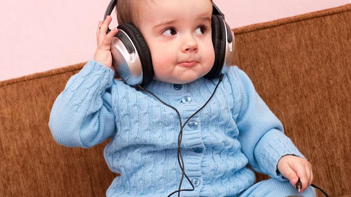 ヘッドホンで眠れる音楽を聴く赤ちゃん