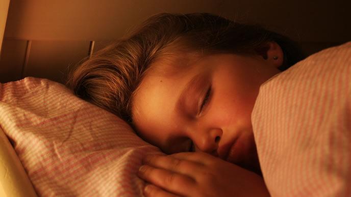 断乳が終わり熟睡している子供