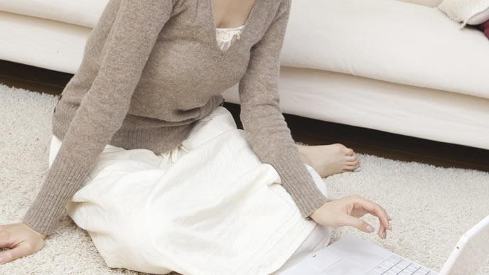 お腹の赤ちゃんの成長をネットで調べる妊婦