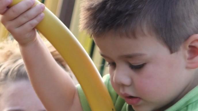 蚊に刺されやすい時間帯に公園で遊ぶ男の子