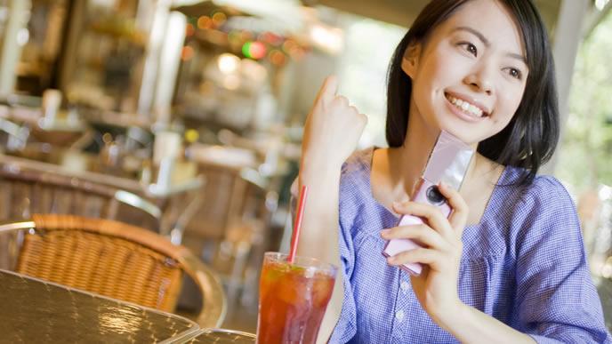 友人とカフェで話をする妊婦