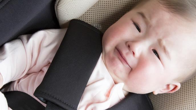 ベビーシートに乗せられご機嫌ナナメの赤ちゃん