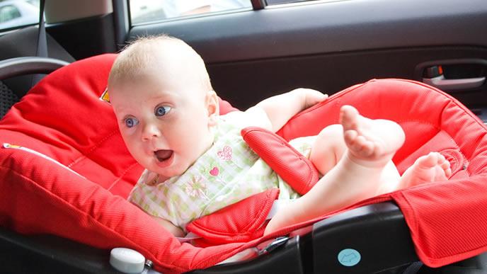 何故ベビーシートに乗せられたのか分からない赤ちゃん