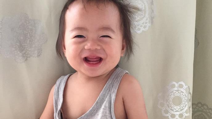 機嫌よく笑う夜間断乳中の赤ちゃん