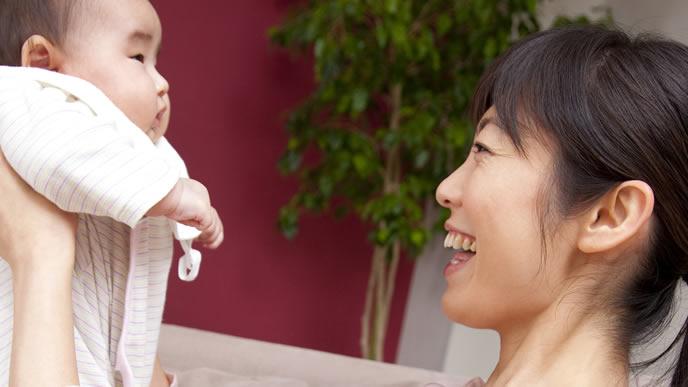 ママに抱っこされ驚く赤ちゃん