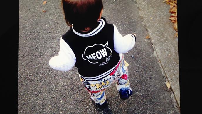 一人で外を散歩する赤ちゃん