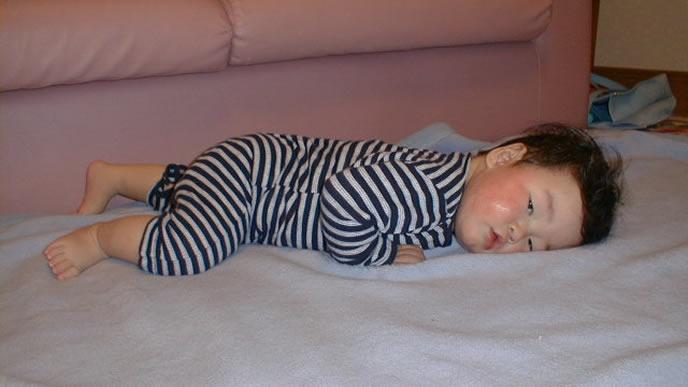 うつろな表情でママを見つめる寝起きの赤ちゃん