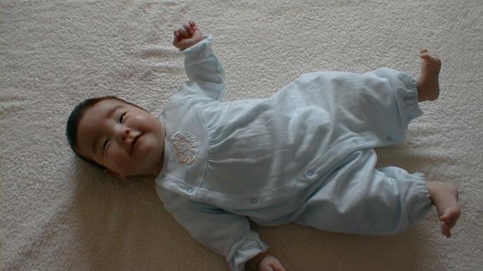 うつぶせよりも仰向けが好きな赤ちゃん