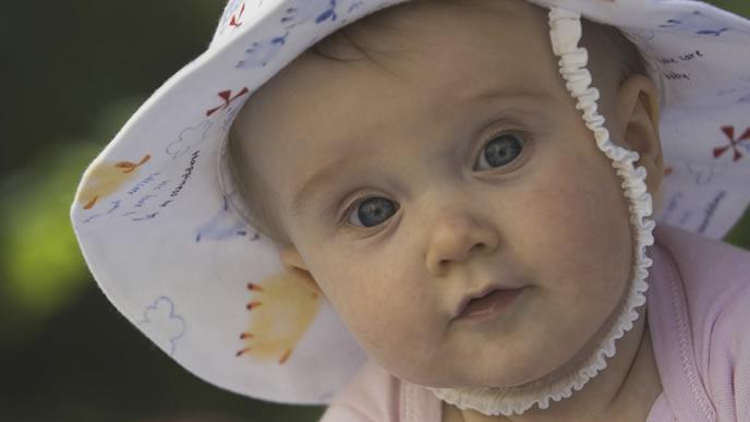 UVカット機能付きの帽子をかぶった赤ちゃん