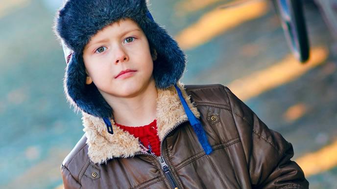 フォーマルな場でも使える帽子をかぶる男の子