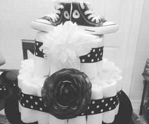 靴と一緒に贈られたオムツケーキの画像
