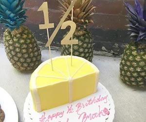 半分だけデコレーションされたケーキの画像