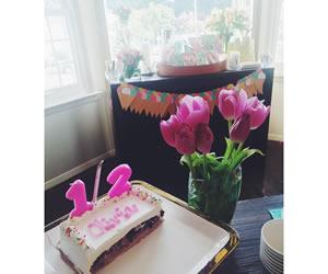 ロウソクで表現されたハーフバースデーケーキの画像
