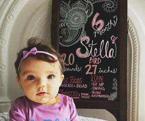 ハーフバースデーのボードと赤ちゃんの画像