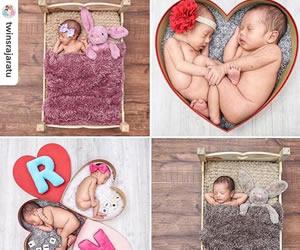 双子の寝相アートの画像