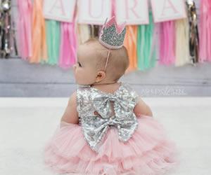 ママの方を振り向く赤ちゃんの画像
