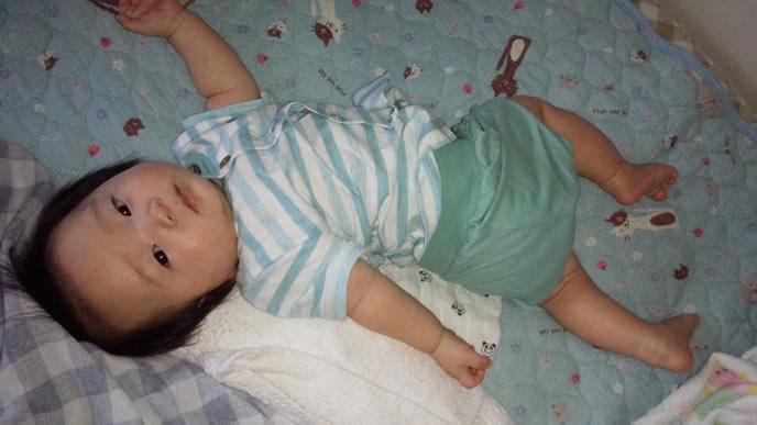 お腹の調子が悪く腰をくねらせる赤ちゃん