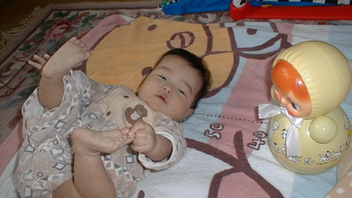 足を上げて便秘をアピールする赤ちゃん