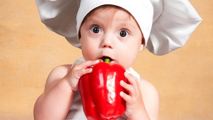 海外の離乳食事情に驚く赤ちゃん