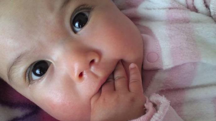 ママの顔を凝視する内斜視気味の赤ちゃん