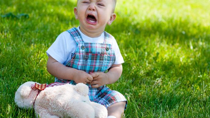 おでかけ先でギャン泣きするイヤイヤ期の赤ちゃん