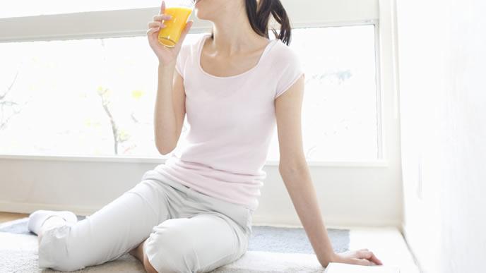 栄養満点のフルーツジュースを飲む妊婦