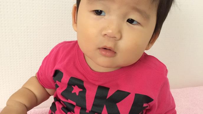 断乳に不服そうな表情の赤ちゃん