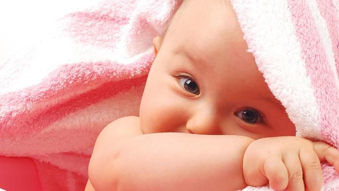 とびひがあるため専用のタオルで体を拭く赤ちゃん